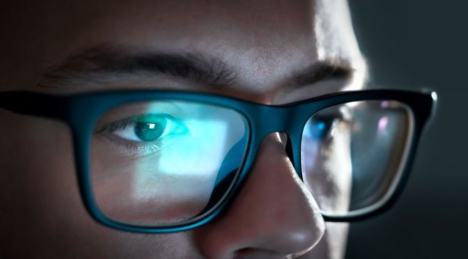 What Happens to Your Eyes When You Stare at Screens All Day   Lifehacker   explainer